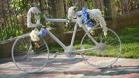 Vita korgar för cykelgarneringblomma stock video