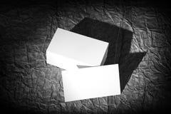 Vita kort för mellanrum på ett svart bakgrundsdesignpapper, identitet royaltyfri foto
