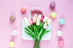 Vita kosmetiska påse och tulpan, makron på rosa bakgrund Festlig bakgrund för moderdag, arkivfoton