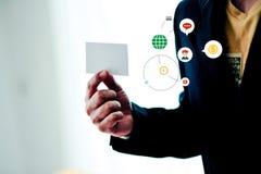 Vita kreditkorthållare med vitt utrymme och betald teknologi f arkivfoto