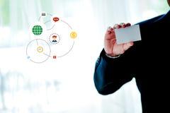 Vita kreditkorthållare med vitt utrymme och betald teknologi f royaltyfria bilder