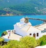 Vita kyrkor av den Skopelos staden, Grekland arkivbilder