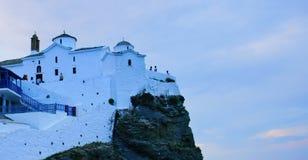 Vita kyrkor av Skopelos, Grekland royaltyfri bild