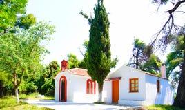 Vita kyrkor av Skopelos, Grekland royaltyfri fotografi