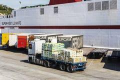 Vita lastfartyg och behållare, Barcelona royaltyfri foto