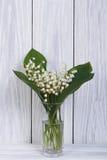 Vita liljekonvaljer i ett exponeringsglas Royaltyfri Bild