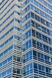 Vita linjer på blått Glass torn Arkivfoto
