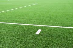 Vita linjer på fotbolllekplats Detalj av linjer i ett fotbollfält Plast- gräs och fint malt svart gummi Arkivbild