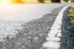 Vita linjer på vägen efter regn Royaltyfri Fotografi