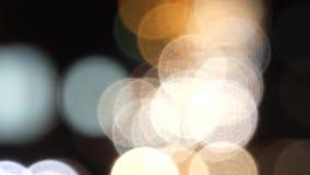 Vita ljus för bil ut ur fokus Handlingen i natten stock video