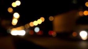 Vita ljus för bil ut ur fokus Handlingen i natten lager videofilmer