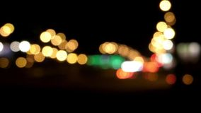 Vita ljus för bil ut ur fokus Handlingen i natten arkivfilmer