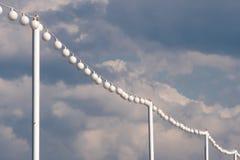 Vita ljusa kulor som hänger på linjen arkivbild