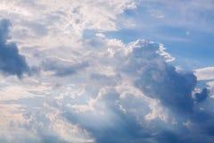 Vita lockiga moln i en blå himmel 1 bakgrund clouds den molniga skyen Arkivfoton
