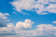 Vita lockiga moln i en blå himmel 1 bakgrund clouds den molniga skyen Royaltyfria Foton