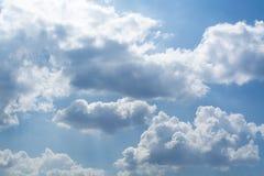 Vita lockiga moln i en blå himmel 1 bakgrund clouds den molniga skyen Royaltyfri Foto