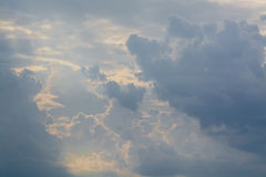 Vita lockiga moln i en blå himmel 1 bakgrund clouds den molniga skyen Fotografering för Bildbyråer