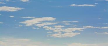 Vita lockiga moln i en blå himmel 1 bakgrund clouds den molniga skyen Royaltyfria Bilder
