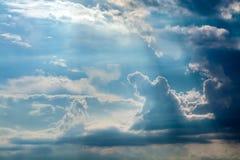 Vita lockiga moln i en blå himmel 1 bakgrund clouds den molniga skyen Royaltyfri Fotografi