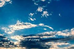 Vita lockiga moln i en blå himmel 1 bakgrund clouds den molniga skyen Arkivbilder