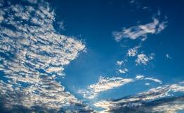 Vita lockiga moln i en blå himmel Himmelbakgrund, Royaltyfri Fotografi