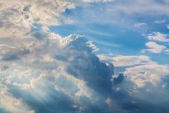Vita lockiga moln i en blå himmel Himmelbakgrund, Arkivfoton