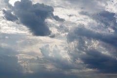 Vita lockiga moln i en blå himmel med mörka moln 1 bakgrund clouds den molniga skyen Royaltyfria Bilder