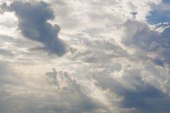 Vita lockiga moln i en blå himmel med mörka moln 1 bakgrund clouds den molniga skyen Royaltyfri Bild