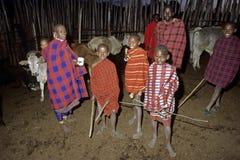 Vita masai del villaggio, mandriani dei giovani del ritratto del gruppo Fotografia Stock