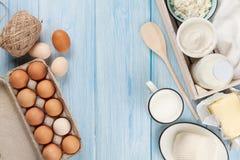 vita mejeriisoleringsprodukter Gräddfil mjölkar, ost, ägget, yoghurten och smör fotografering för bildbyråer