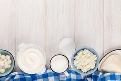vita mejeriisoleringsprodukter Gräddfil mjölkar, ost, yoghurten och smör royaltyfri bild