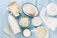 vita mejeriisoleringsprodukter Gräddfil mjölkar, ost, ägget, yoghurten och smör Royaltyfria Bilder
