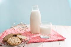 vita mejeriisoleringsprodukter Mjölkar den organiska frukosten för bakelse med och kakor royaltyfri fotografi