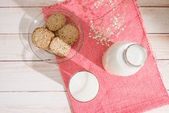 vita mejeriisoleringsprodukter Mjölkar den organiska frukosten för bakelse med och kakor royaltyfri bild