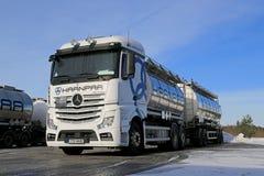 Vita Mercedes-Benz Actros Tank Truck på iskall gård Fotografering för Bildbyråer