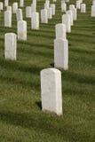 vita militära tombstones royaltyfri bild