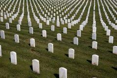 vita militära tombstones royaltyfri fotografi