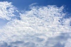 Vita moln, blå himmel Arkivfoto