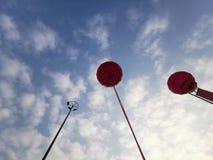 Vita moln för himmel och för blå himmel för ballong royaltyfria bilder