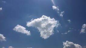 Vita moln försvinner i den varma solen på blå himmel Time-schackningsperioden rörelse fördunklar bakgrund för blå himmel Blå himm lager videofilmer