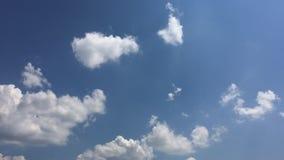 Vita moln f?rsvinner i den varma solen p? bl? himmel Time-schackningsperiod rörelsemoln, bakgrund för blå himmel och sol arkivfilmer