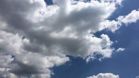 Vita moln f?rsvinner i den varma solen p? bl? himmel Time-schackningsperiod rörelsemoln, bakgrund för blå himmel och sol stock video