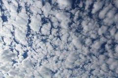 Vita moln med blå himmel mönstrar/bakgrund Arkivbilder