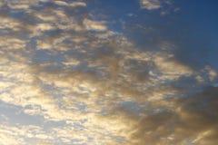 Vita moln med en blå himmel på solnedgången royaltyfria foton