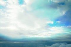 Vita moln som ser från nivån arkivbild