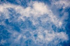 Vita moln svävar i himlen i dagen Royaltyfri Foto