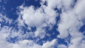 Vita moln svävar slätt över himlen arkivfilmer