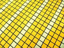 Vita mosaiska tegelplattor för guling och Arkivfoto