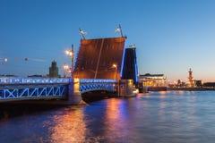 Vita nätter i St Petersburg som öppnas slottbron, en sikt Arkivfoto