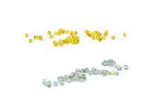 Vita naturliga diamanter och gula syntetiska diamanter Royaltyfria Bilder